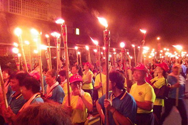 在長官們點亮火把主題燈後,開始千人舉火把遊客庄踩街活動。(廖素貞/大紀元)