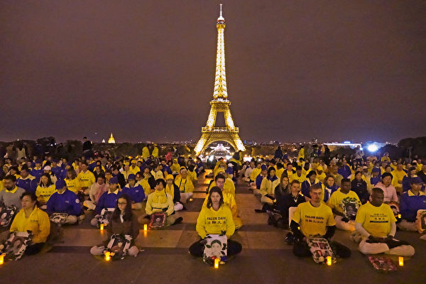 9月30日晚,300多名来自欧洲的法轮功学员在铁塔对面的人权广场举行烛光守夜活动,悼念那些在中国被中共迫害致死的同修。(叶萧斌/大纪元)