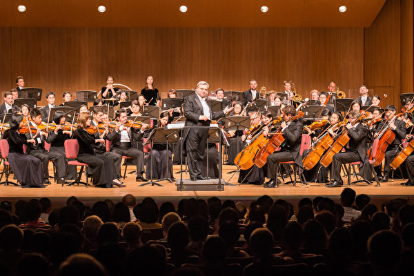 2017年10月3日晚间,神韵交响乐团于台北中山堂举行演出。指挥米兰‧纳切夫在演出安可曲时与观众互动。(陈柏州/大纪元)