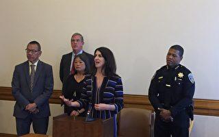 旧金山市议员余鼎昂(后排左一)、卢凯丽(前排讲话者)和警察局长斯科特(后排右一),誓言降低砸车窗等罪案。(李文净/ 大纪元)