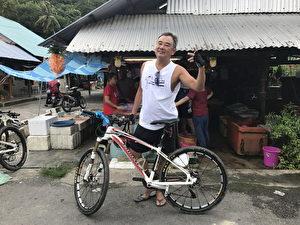 綠島開唱在即,陳昇日前受邀到馬來西亞的檳城大山腳出席「慈善國際越野單車賽。(新樂園製作提供)