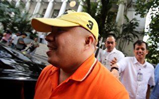 目前被羁押在菲国调查局的菲律宾人沙利克(戴黄色帽子者),将可能引渡至美国受审。(STRINGER/AFP/Getty Images)