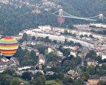 热气球飞越英国布里斯托的克里夫顿悬索桥。(Photo by Matt Cardy/Getty Images)