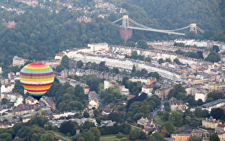 熱氣球飛越英國布里斯托的克里夫頓懸索橋。(Photo by Matt Cardy/Getty Images)