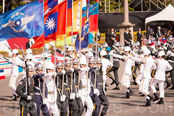 中华民国106年国庆大会10月10日在总统府前广场举行。图为三军仪队、三军联合乐队、中华民国啦啦队总会共同演出。(陈柏州/大纪元)