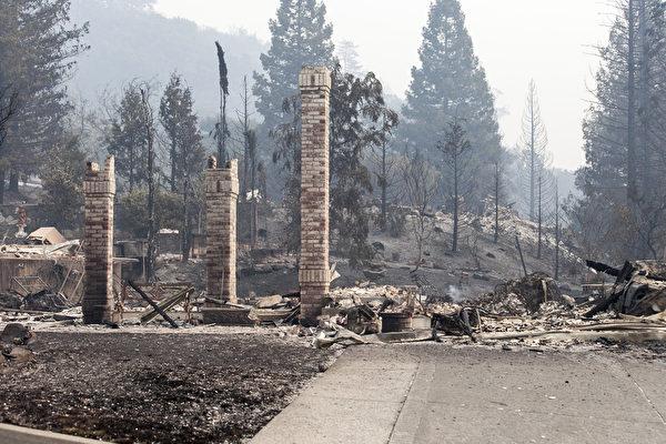 在10月9日的大火中,北加州Santa Rosa的Carriage社區被焚毀。(曹景哲/大紀元)