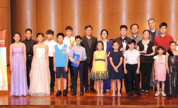 第五屆新唐人亞太音樂大賽小提琴決賽組各組獲獎人與評審合照。(新唐人亞太電視台)