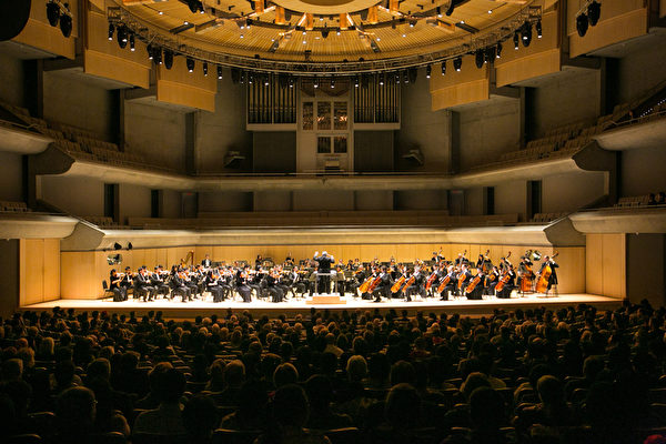 10月11日晚,美國神韻交響樂團在多倫多湯姆森音樂廳的演出帶給當地觀眾難以言表的震撼。(艾文/大紀元)