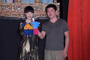 陳珊妮(左)到「台原亞洲偶戲博物館」出席10月hito大台柱活動,現場請布袋戲演師賴泳廷(右)教授陳珊妮如何在戲台上演出戲偶。(黃宗茂/大紀元)