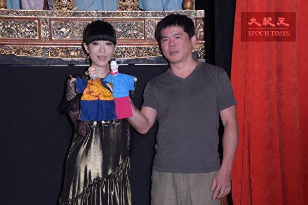 """陈珊妮(左)到""""台原亚洲偶戏博物馆""""出席10月hito大台柱活动,现场请布袋戏演师赖泳廷(右)教授陈珊妮如何在戏台上演出戏偶。(黄宗茂/大纪元)"""