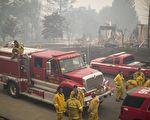 加州发生有史以来最惨重的火灾,已造成21人死亡、近3000人失联,至少3500栋建筑物烧毁。图为2017年10月10日,加州圣塔罗莎,当地许多消防队员前往救火。(David McNew/Getty Images)