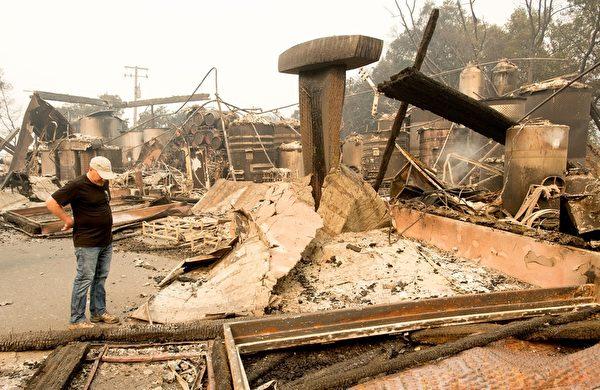 北加州发生有史以来最惨重的火灾,已造成21人死亡、近3000人失联,至少3500栋建筑物烧毁。图为2017年10月10日,加州圣塔罗莎,一处酒庄遭焚毁。(JOSH EDELSON/AFP/Getty Images)