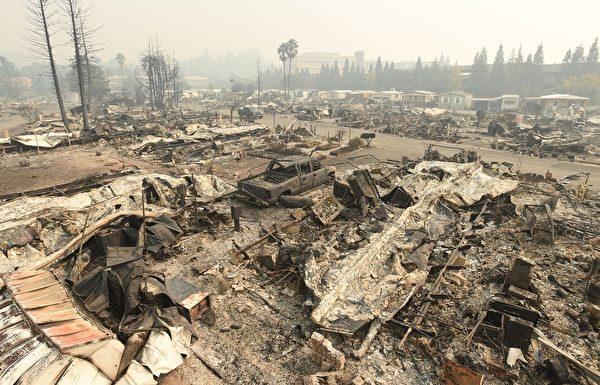 北加州发生有史以来最惨重的火灾,至少3500栋建筑物烧毁,近3000人失联。图为2017年10月10日,加州圣塔罗莎,一处住宅区的建物几乎全部被烧光。(JOSH EDELSON/AFP/Getty Images)