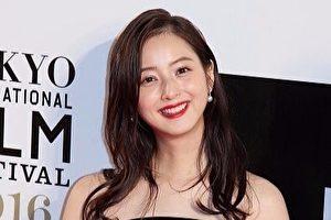 佐佐木希出席2016年10月举办的东京国际影展档案照。 (Ken Ishii/Getty Images)