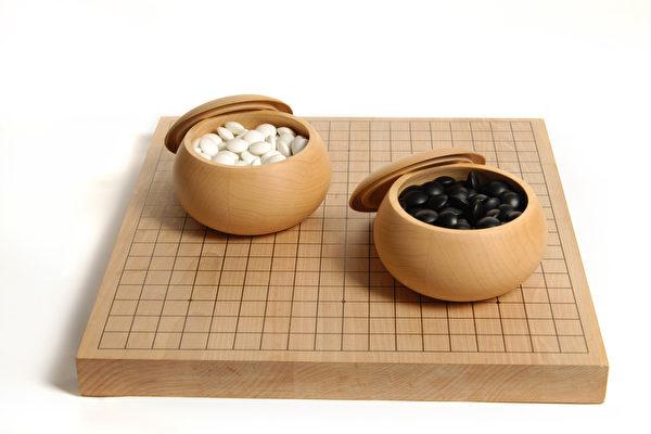 围棋和黑白棋子。(fotolia)