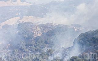 納帕市東邊的山上也燃起了野火。(曹景哲/大紀元)
