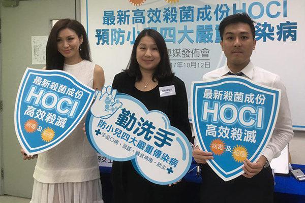 香港再进入传染病高峰期,儿科专科医生温希莲(中)和注册药剂师黄俊豪(右)讲解正确洗手对预防疾病的重要性,并拆解一些常见消毒谬误。(张晓慧/大纪元)