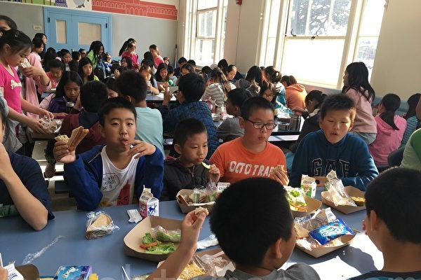 全美学校午餐周(National School Lunch week)旧金山联合学区推出学生新食谱。(景雅兰/大纪元)