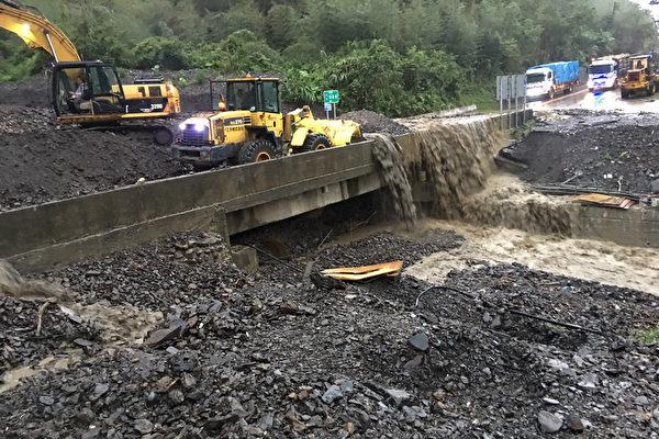 受豪雨影響,省道台7甲線(中橫宜蘭支線)11.4公里處(宜蘭大同茂安)13日清晨發生大量土石流,交通一度阻斷,經公路總局搶修後,上午已可單線通行。(公路總局提供)