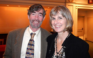 音乐爱好者Michael Tierney和朋友Susan O'Byrne 10月15日在纽约卡内基中心欣赏神韵交响乐团的演出,赞叹演出非常壮观。(卫泳/大纪元)