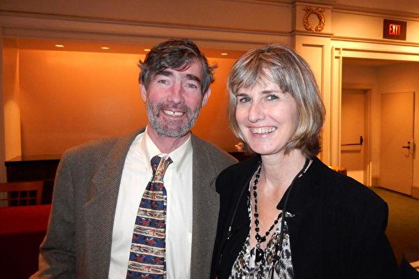 音樂愛好者Michael Tierney和朋友Susan O'Byrne 10月15日在紐約卡內基中心欣賞神韻交響樂團的演出,讚歎演出非常壯觀。(衛泳/大紀元)