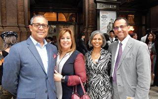 四位纽约医生(右至左)Maximo D'oleo、Denise D'oleo、Rosario Delar和Marino Torres 相约一起来到纽约卡内基中心,在欣赏神韵交响乐团的演出后,他们赞叹演出水平非常之高。 (卫泳/大纪元)