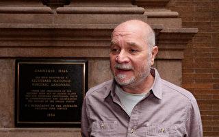纽约州立大学橙县社区大学人类学教授Barry Kass表示,神韵音乐抑扬顿挫,韵律优美,让他沉醉其中。(新唐人电视台)