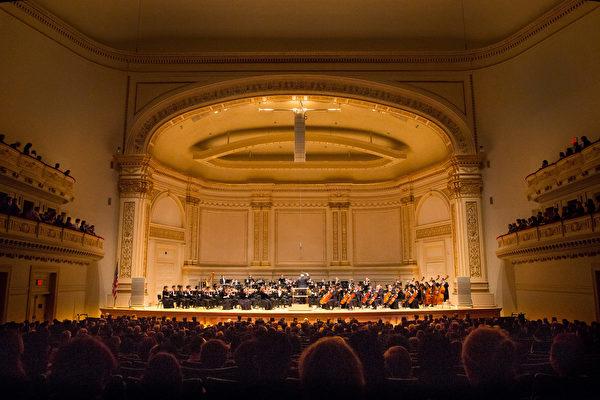 10月15日下午,神韻交響樂團2017巡演來到紐約卡內基大廳(Carnegie Hall)隆重上演。(戴兵/大紀元)