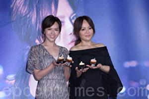 戴愛玲(右)在台北舉行發片記者會,夏于喬(左)前來站台。(黃宗茂/大紀元)