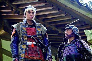 《关原之战》剧照,冈田准一竟回答想成为在剧中饰演小早川秀秋的东出昌大(左),原因是身高超高。(天马行空提供)