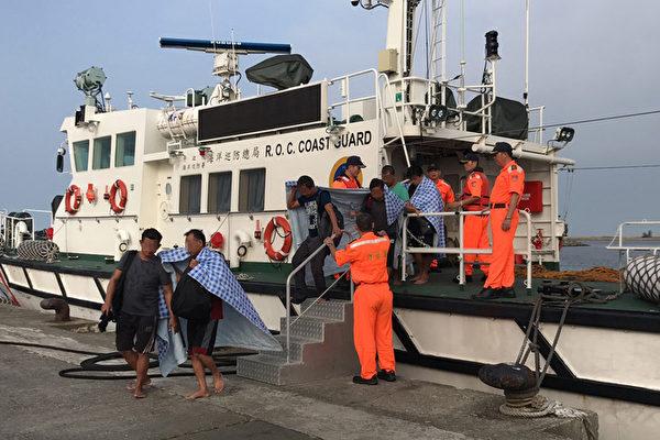 一艘宏都拉斯籍貨輪民安號(MING AN)18日凌晨在高雄外海翻覆,台南、高雄、澎湖海巡隊艦艇趕往救援,5時12分艦艇救起13人,但仍有1名大廚失蹤搜救中。(台南海巡隊提供/中央社)