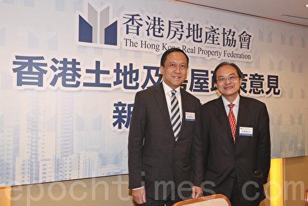 左起:香港房地产协会副会长施家殷、香港房地产协会监事长何锦荣。(余钢/大纪元)