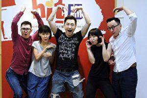 哈林(中)出道30週推出最新音樂作品,10月17日作客電台,還教授新舞步,場面逗趣。(Hit Fm聯播網提供)