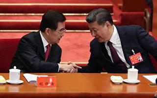 中共「十九大」18日起在北京召開。圖為習近平(右)宣讀完「十九大」報告後,回到主席台與胡錦濤(左)握手。 (Lintao Zhang/Getty Images)