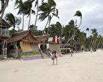 """国际知名杂志所举办的""""2017年读者票选奖""""调查中,菲律宾长滩岛连续2年夺冠。图为长滩岛的一处沙滩。(JAY DIRECTO/AFP/Getty Images)"""