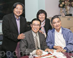 曹長青在硅谷演講,會後為鄉親簽字售書。(曹景哲/大紀元)