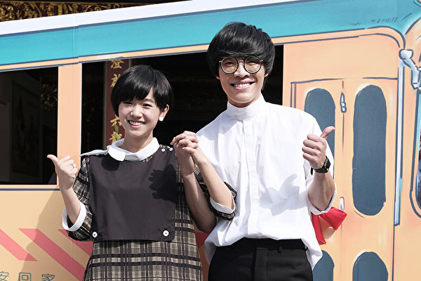 电影《花甲大人转男孩》举行开镜祈愿仪式资料照。右为卢广仲。(氧气电影提供)