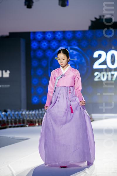 """为了庆祝""""第21届韩服节"""",10月20日晚上在首尔景福宫举行韩服秀。韩国文化体育观光部和韩国工艺设计文化振兴院主办的这次庆祝活动的主题是""""我的骄傲,我的韩服""""。为了更好的向全世界弘扬韩服的优美与价值,委任韩国明星申世炅等四人为今年的""""韩服宣传大使""""。图为韩国明星申世炅。 (全景林/大纪元)"""
