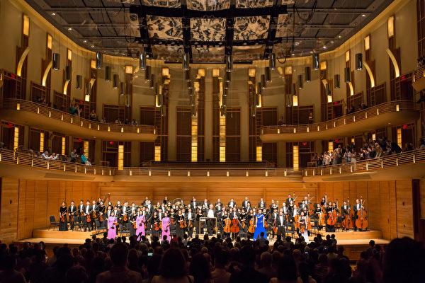 神韻交響樂團於10月22日在華府近郊斯特拉斯莫爾音樂中心的演出,获热烈反響,觀眾长時間起立鼓掌,最后以三首安可曲谢幕。(李莎/大紀元)