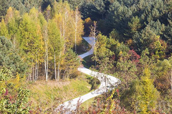 韩国江原道麟蹄郡山区风景如画的枫景让人陶醉。(全景林/大纪元)