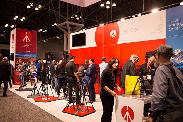 2017年10月25-28日,纽约国际摄影器材博览会在纽约曼哈顿贾维茨中心举行。来自世界各地的摄影器材厂商展示新品举办讲座。(戴兵/大纪元)