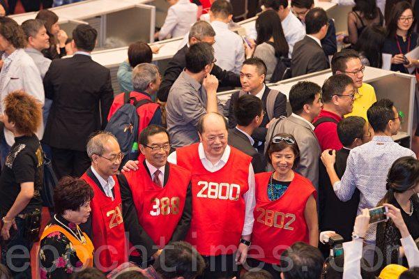 前聯交所副主席蔡陳葆心(左一)、證監會主席唐家成(左三)和金融界立法會議員張華峰(右二)出現交易大堂告別儀式。(郭威利/大紀元)