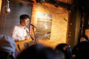 """李剑青于2015年""""超犀利趴6-犀利未来趴""""首次在台北举办专场""""那年匆匆演唱会"""",相隔两年后,他带着《仍是异乡人》重返熟悉地开唱。(相信音乐提供)"""