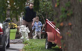 博伊爾與兒子10月14日在安省的父母家中后院玩耍。(加通社)