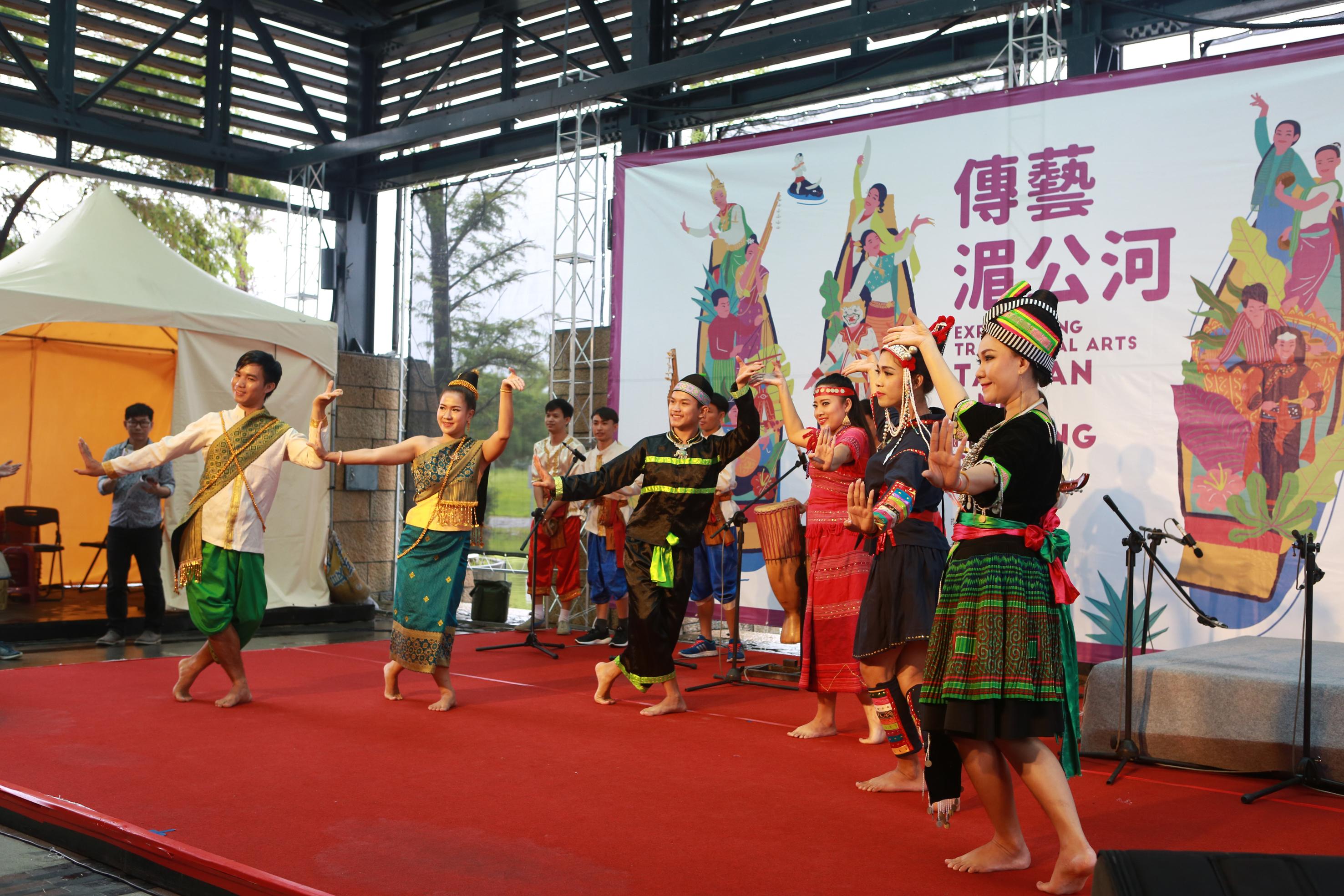 寮国传统民俗音乐团表演《五宝舞》。(曾汉东/大纪元)