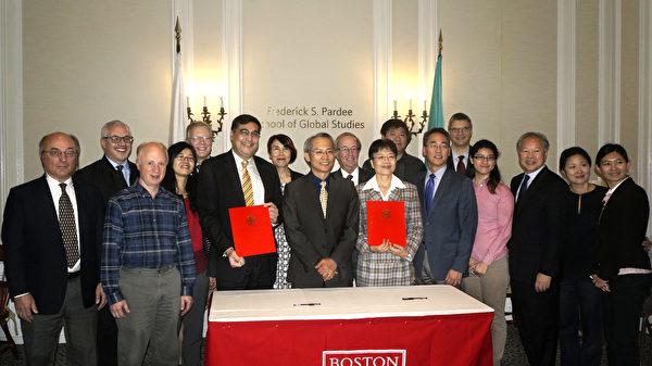 经文处长赖铭琪(前左五)见证波士顿大学全球研究学院院长AdilNajam(前左四)和教育组组长陈帼珍(前右六)签署合作协议,并与出席嘉宾合影。前右起,教育组秘书黄玮婷、BU亚洲中心副主任田文浩、BU亚洲区发展主任马以正、BU副校长暨全球项目副教务长王威、BU亚洲中心主任叶凯蒂(后左四)等。(景灏/大纪元)