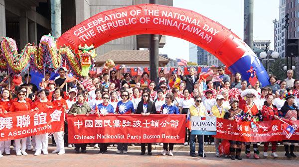 波士頓僑界盛大舉行慶祝中華民國雙十國慶千人大遊行,在市府廣場升旗。(黃劍宇/大紀元)