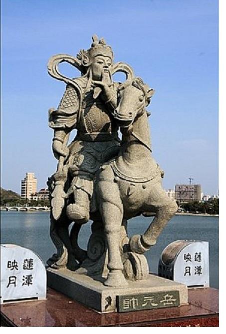 玄天上帝神像前拱桥两侧的石雕像中有古代名将岳飞的雕像。(曾晏均/大纪元)