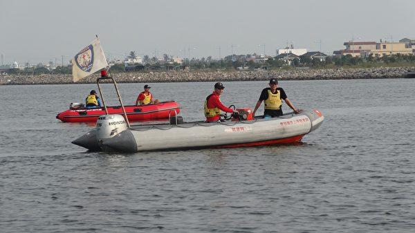 水上救难队出动备援。 (曾晏均/大纪元)