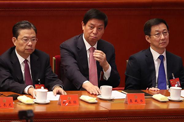 趙樂際(右三),栗戰書(右二),韓正(右一)在十九大閉幕式上。( Lintao Zhang/Getty Images)